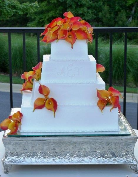 How beautiful is this calla lily inspired wedding cake?