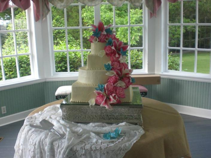 Brides cake with orchids and stargazers at The Meriwether House