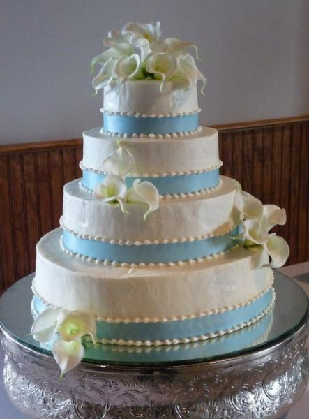 [Image: Brides cake with white callas at Gateway Park]